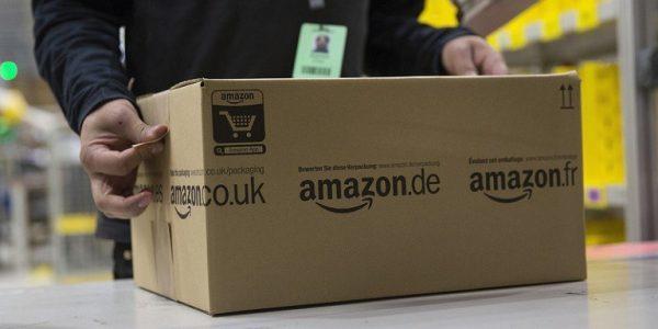 Operaio che prepara un pacco Amazon