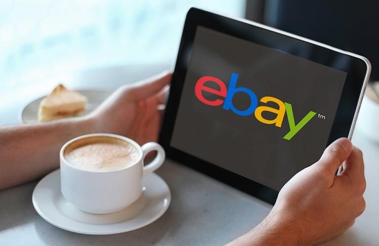 Homepage sito web eBay visualizzata su un tablet