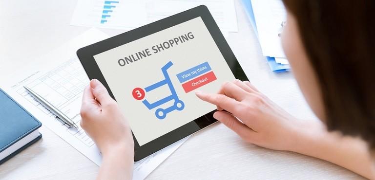 Ragazza acquista online tramite un tablet