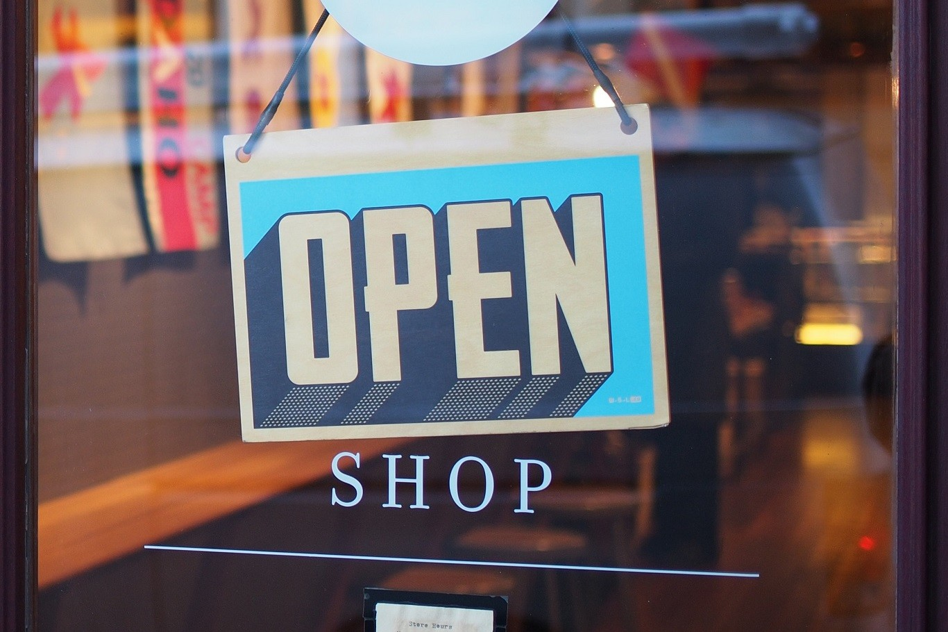 """Vetrina di un negozio con cartello """"Open"""""""