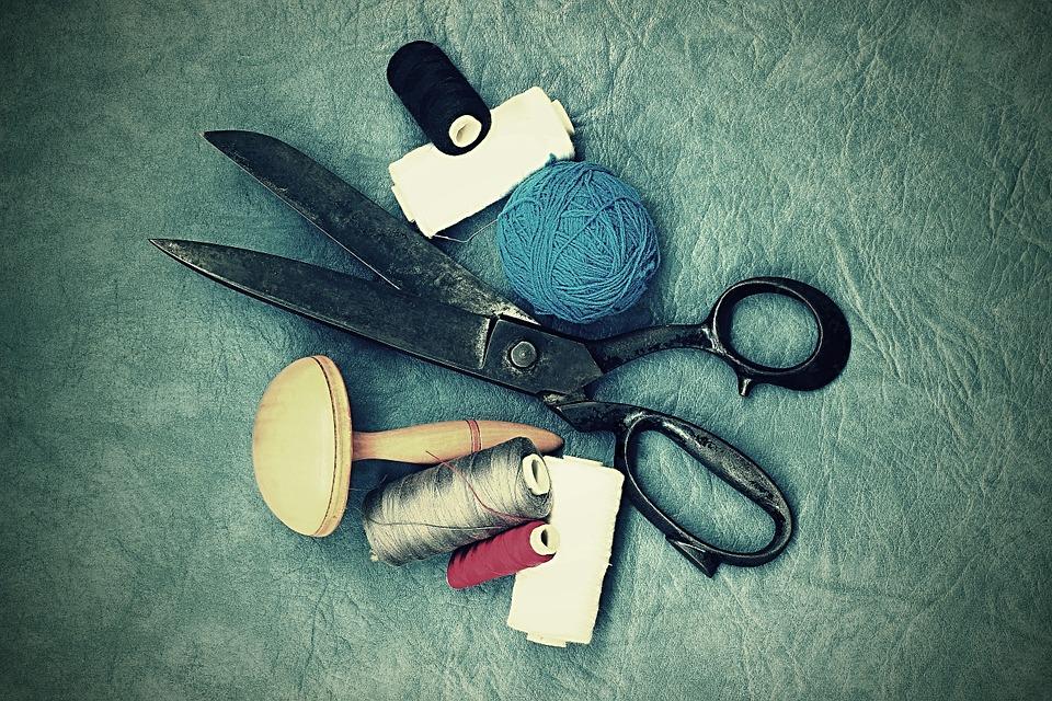 Forbici e strumenti per la sartoria sopra un tavolo
